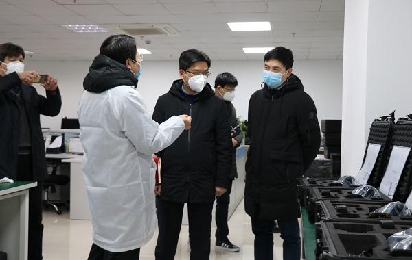 滨江区领导视察红相科技体温快速筛检仪(人体测温红外热像仪)生产情况